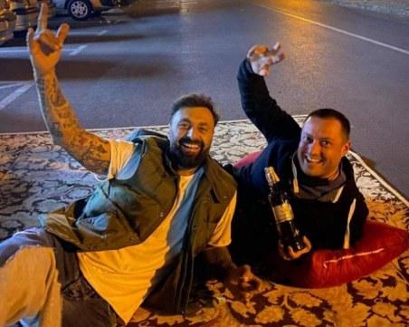 Dj Дамян опъна килим на улица в Пловдив, отвори аперитив с приятел