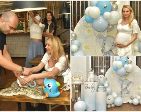 Бизнесмен от Пловдив и съпругата му с парти в чест на очакваното бебе