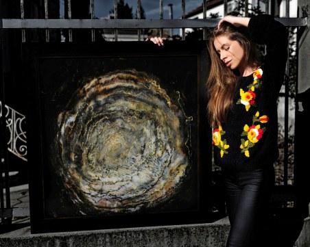 Красива художничка от Пловдив реди първата си изложба СНИМКИ