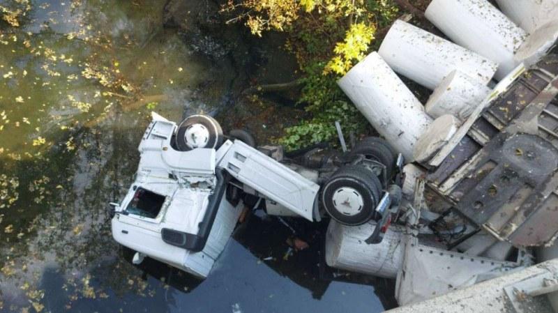 Камион падна в Камчия, движението през Ришкия проход е ограничено