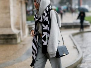 Ето как се носят шаловете днес: Перфектният детайл във всяка есенна комбинация!