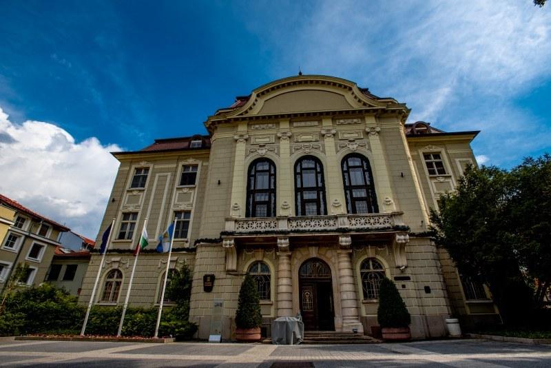 Средната заплата в Община Пловдив е 900 лева, обявени са 229 конкурса за длъжности