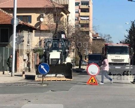 Работници разкопаха централна улица в пловдивко село! Имат ли разрешение за дейностите?