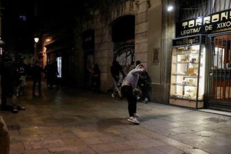 Сблъсъци в Барселона! Хиляди излязоха на протест срещу ограничителните мерки
