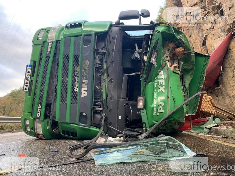 Шофьорът на обърнатия тир на пътя Асеновград-Смолян: Случи се изведнъж