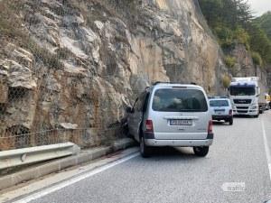 Още една катастрофа на пътя Асеновград-Смолян! Кола се заби в скала