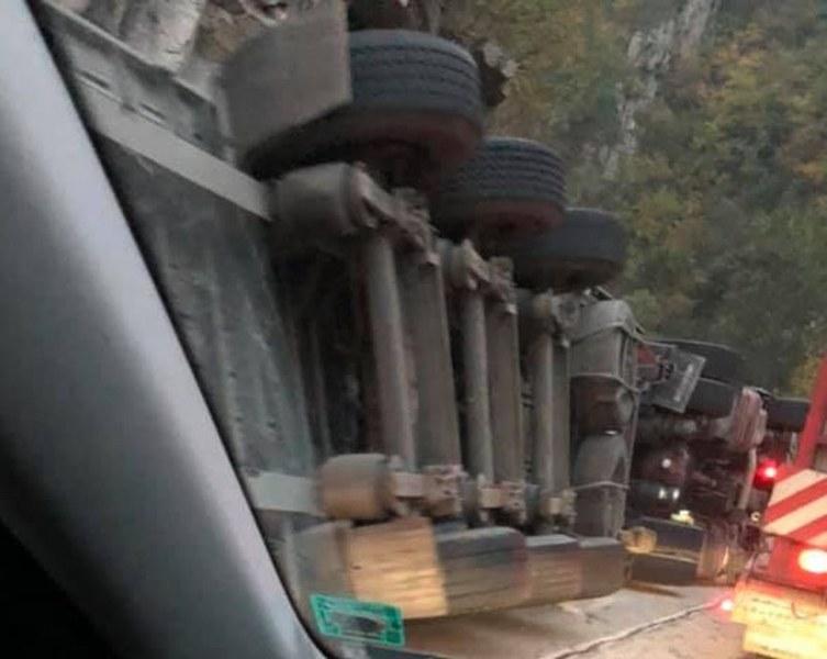 Затварят пътя Асеновград-Смолян заради катастрофа! Обърнал се е тир