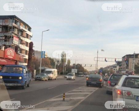 Пълен абсурд: Шофьор спря между платната на голям булевард в Пловдив, отиде да яде