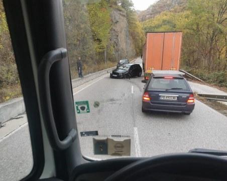 Поредена катастрофа по пътя за Смолян, кола е смачкана от удара