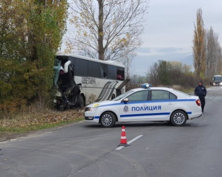 Жестока катастрофа между автобус и джип, двама са загинали