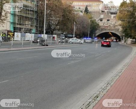 Катастрофа в центъра на Пловдив! Моторист падна на пътното платно
