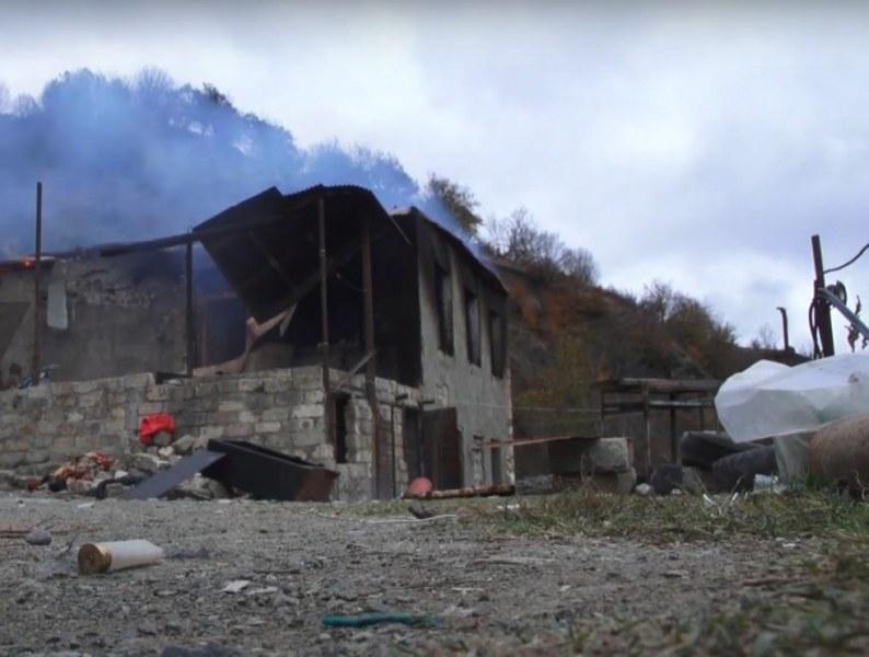Арменци от Нагорни Карабах палят домовете си, преди да ги напуснат