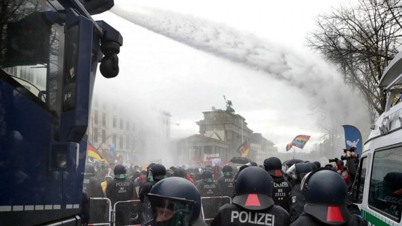 Напрежение в Берлин! 100 души са в ареста, има ранени полицаи