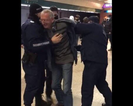 ВИДЕО: Арестуваха мъж, защото няма маска в метрото