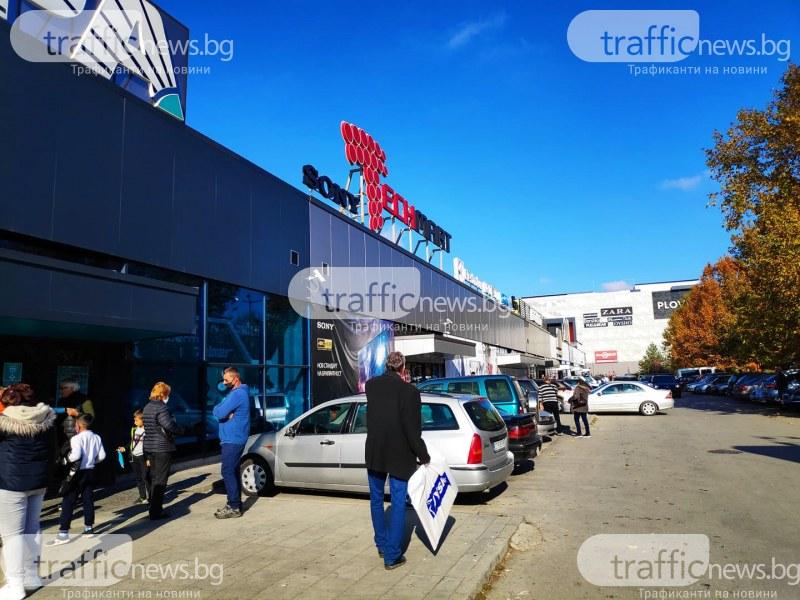 Черен уикенд в Пловдив! Опашки се извиха пред големите магазини