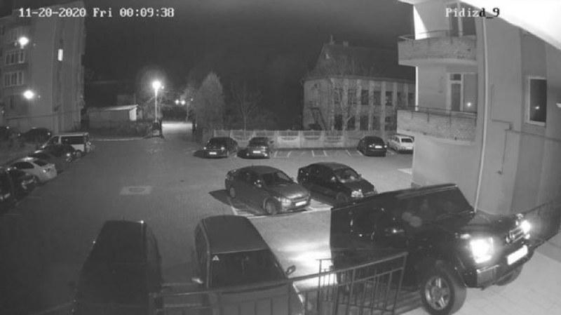 Депутат паркира лъскав Мерцедес на стълбището пред дома си