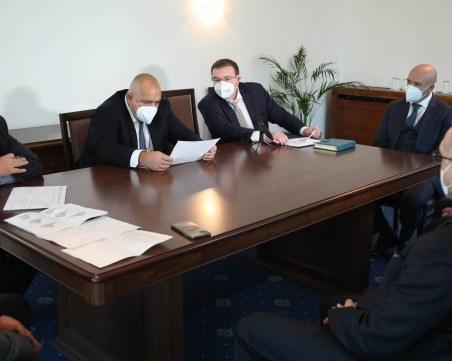 Борисов се срещна с щаба и здравния министър