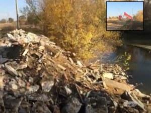 Абсурд: Камион стоварва тонове боклуци в река Марица, пловдивчанин го засне ВИДЕО