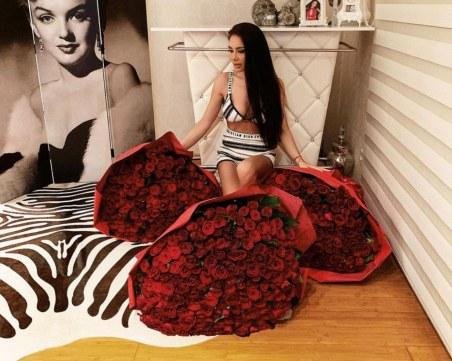 Oгромни букети с рози пристигнаха в дома на Яница