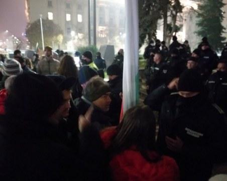 Протести в София! Демонстратни опитаха да затворят булевард
