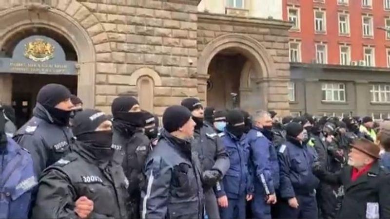 Протест в София срещу противоепидемичните мерки, димки полетяха към Министерски съвет