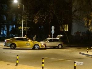 Такси и лек автомобил се удариха в центъра на Пловдив