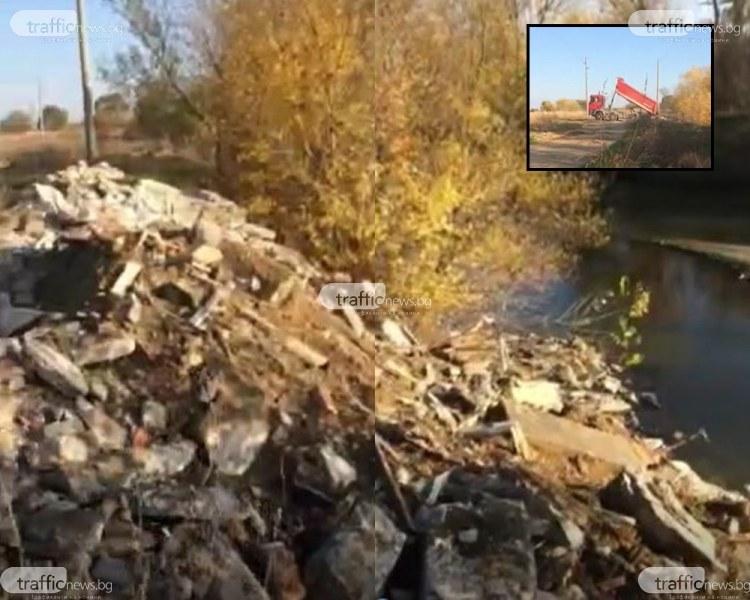 Камионът, заснет да изхвърля строителни отпадъци в Марица - собственост на фирма на Гаджура