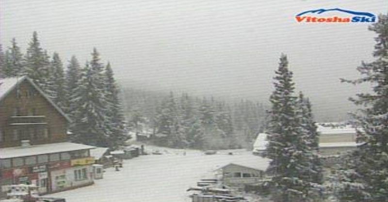 Първи сняг натрупа в София