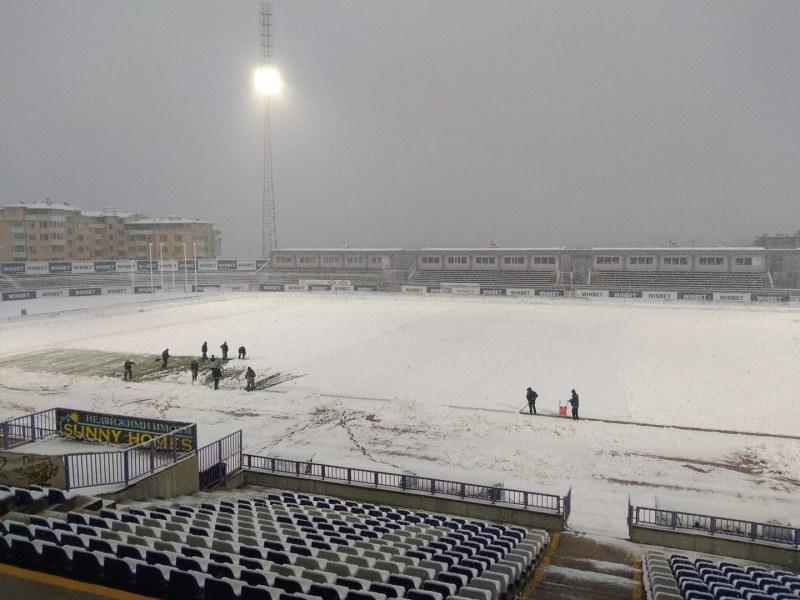 Снегът постави под въпрос мач от Първа лига