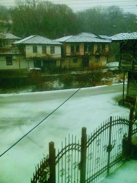 Зимата е тук! Първи сняг заваля в Пловдивско