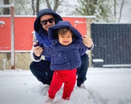 Криско и дъщеричката му - щастливи сред снежинките