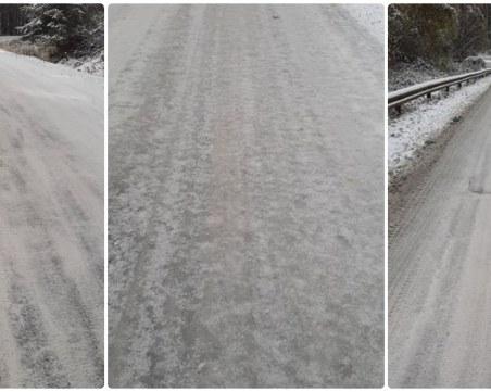 Внимавайте, шофьори: Ледена пързалка дебне на пътя към хижа Здравец!