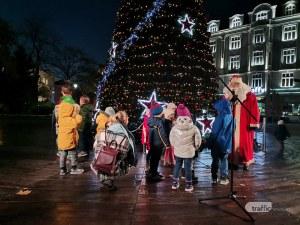 Коледният дух се настани в Пловдив – грейна елхата в сърцето на града