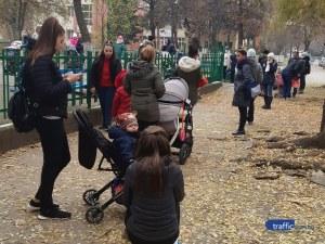 Майки с деца мръзнат в Кючука близо час, за да получат храната си – извиха се огромни опашки