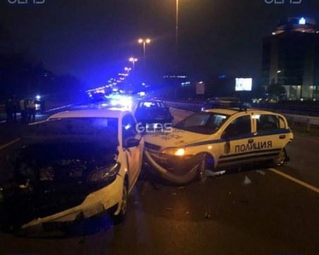 Тежка катастрофа! Автомобил се наниза в патрулка на булевард