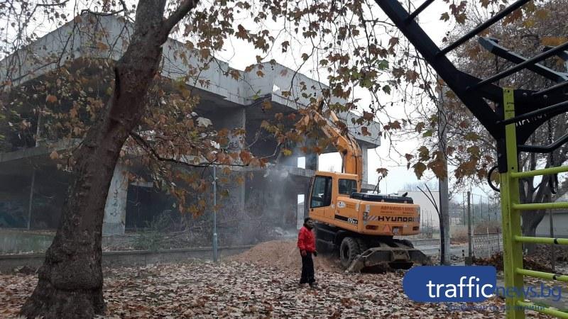 Тежка техника влезе в Коматево, бута опасен строеж – свърталище на наркомани