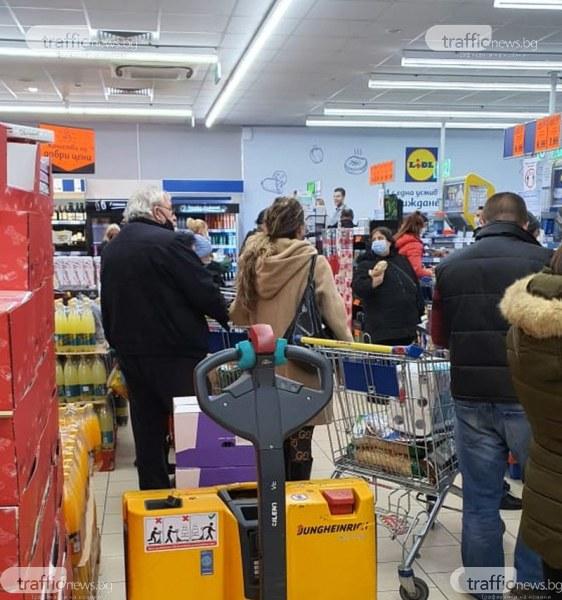 Истерията продължава! Отказаха пос терминалите в голям хипермаркет в Пловдив