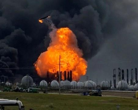 Четирима души в критично състояние след експлозия на резервоар за нефт