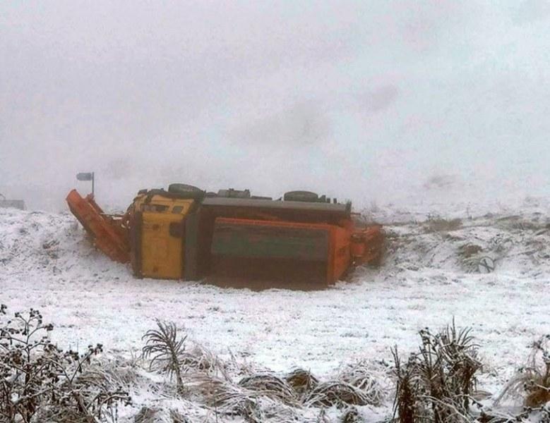 Снегорин се обърна под пътя Смолян-Девин