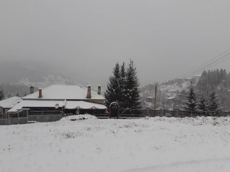 20-сантиметрова снежна пелерина на километри от Пловдив