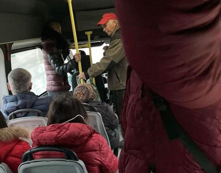 Безотговорни пътници се тъпчат в маршрутка за Пловдив, маските – мираж