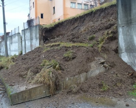 Подпорна стена се срути до Кочериново