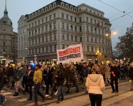 Това е световна конспирация - те искат да отнемат човешкото от нас, скандират протестиращи във Виена