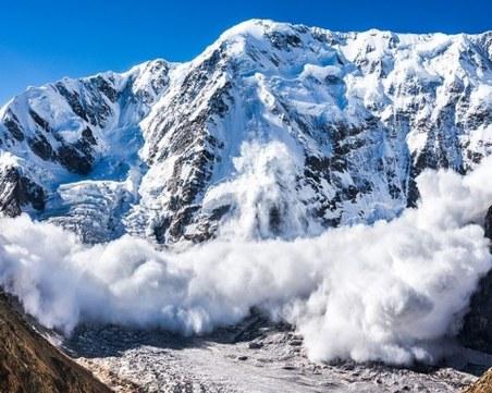 Спасители помагат на сноубордист след лавина в Пирин