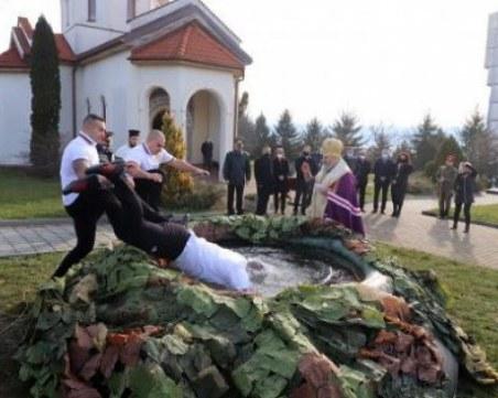 Курсантите от НВУ вадиха кръста от надуваем басейн