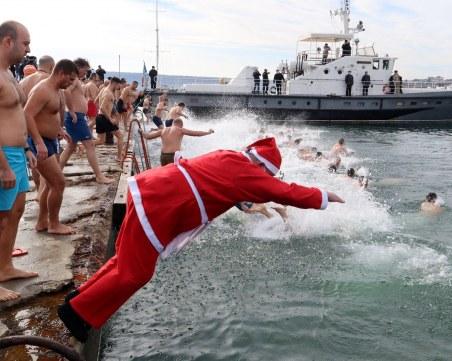 Варненец скочи за богоявленския кръст облечен в костюм на Дядо Коледа