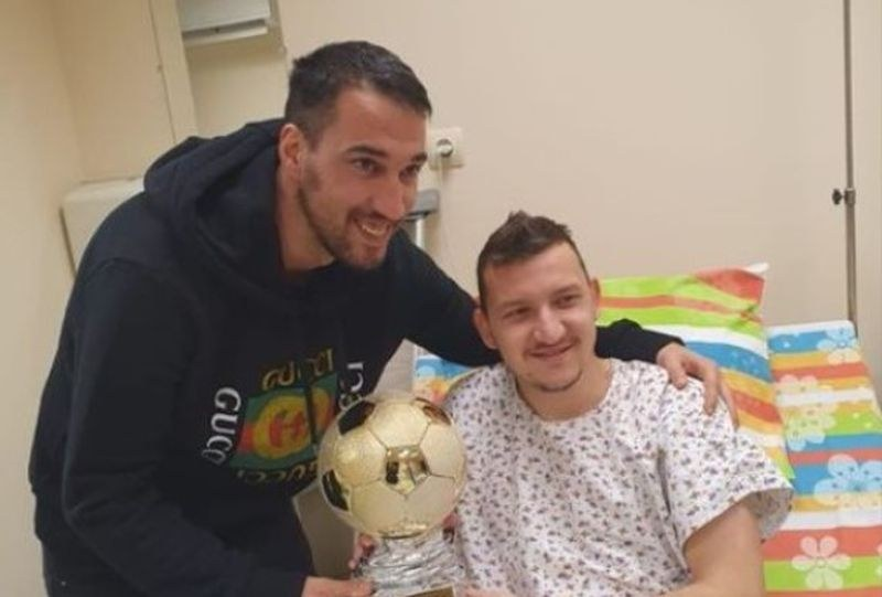 Ивелин Попов връчи трофей на Тодор Неделев в болницата