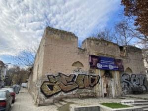 Незаконно рекламно пано на диджеи цъфна на фасадата на Орта мезар