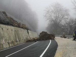 Пътят към Рилския манастир остава затворен заради паднала огромна скала
