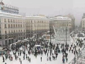 Снежна веселба в Мадрид! Стотици танцуват по улиците, полицията ги погна